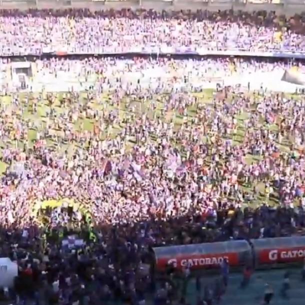 Hinchas de Deportes Concepción invaden cancha en