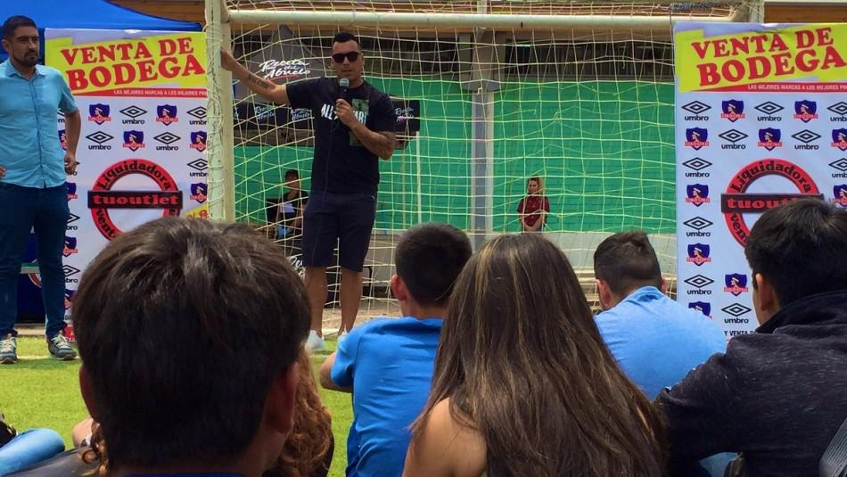 Esteban Paredes firmó su nuevo contrato con Colo Colo en un centro del Sename