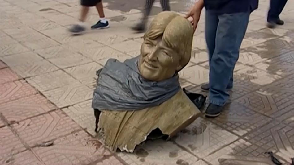 Ministro interino de Bolivia retira a martillazos busto de Evo Morales