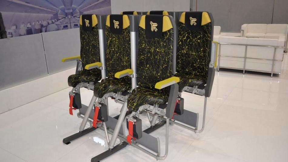 ¿Volarías así?: Nuevos asientos permitirían viajar prácticamente de pie