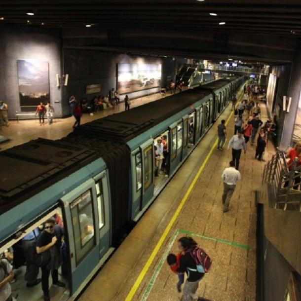 Metro cierra y suspende servicio en estación U. Católica debido a manifestaciones