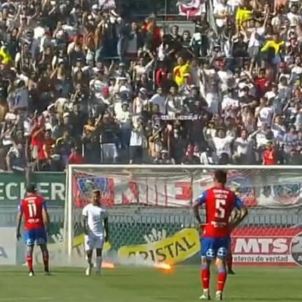 Hinchas lanzan bengalas y sillas en medio del partido Universidad Católica-Colo Colo en Copa Chile