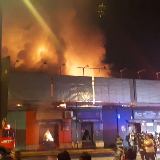 Cuatro familias damnificadas y seis locales comerciales destruidos dejó incendio en Ñuñoa