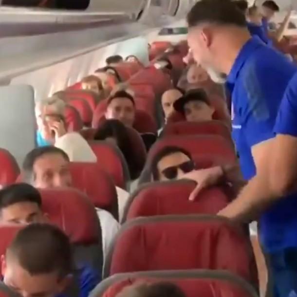 El cariñoso encuentro de Mario Salas y Hernán Caputto en el avión de cara a la final de Copa Chile