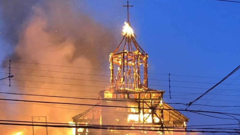 Violento incendio destruye iglesia San Francisco de Ancud