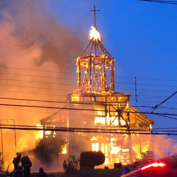 Lo más visto: Investigan a sujeto por incendio que destruyó iglesia de Ancud