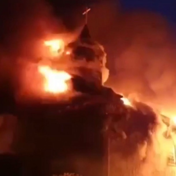 Videos y fotos registran violento incendio en iglesia San Francisco de Ancud