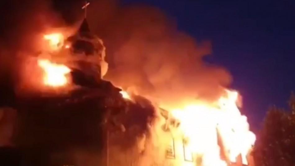 Videos y fotos registran violento incendio en iglesia San Francisco de Ancud