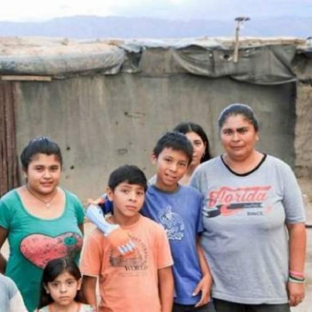 Niño con brazo impreso en 3D lucha por dar una casa a su mamá y a 9 hermanos