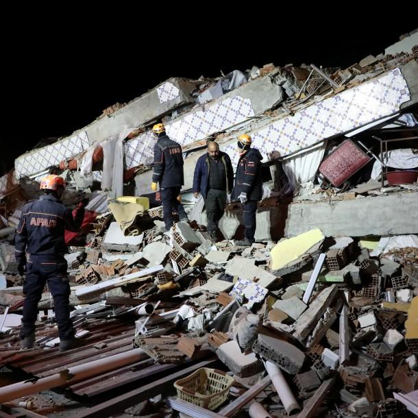 Al menos 20 muertos tras potente terremoto en Turquía