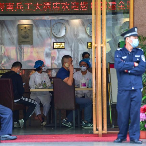 China prohíbe entrada y salida de autobuses de la capital para contener el coronavirus