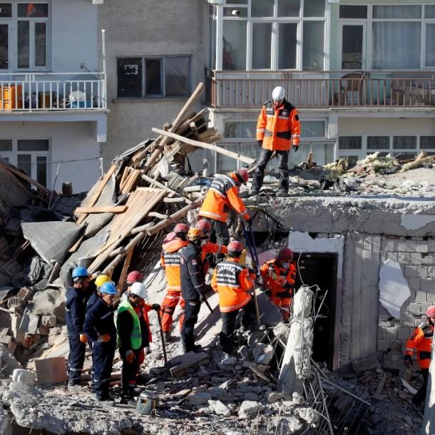 Sube a 31 muertos el balance del sismo en el este de Turquía