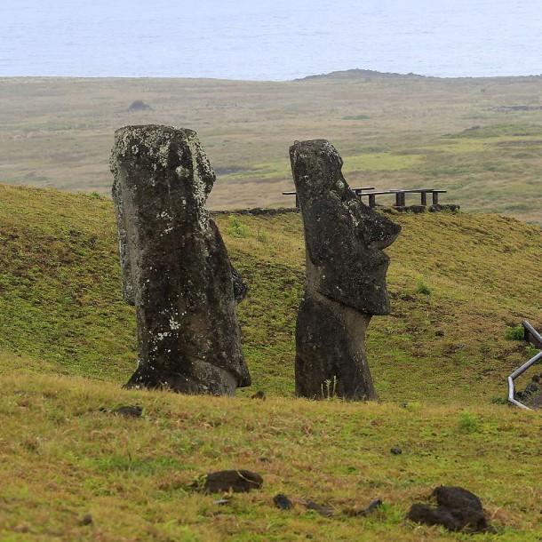 Rapa Nui por turista fotografiado tocando y besando a moái: