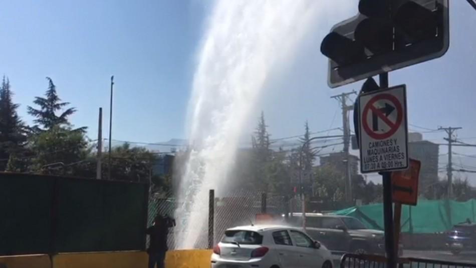 Rompen matriz de agua en Las Condes en obras de autopista Américo Vespucio Oriente