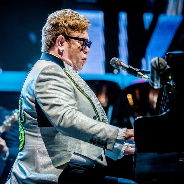 Elton John pierde la voz en pleno concierto y se retira entre lágrimas del escenario