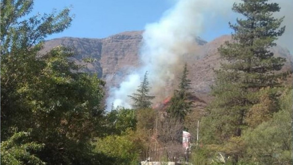 Incendio forestal afecta a la localidad de El Melocotón en el Cajón del Maipo