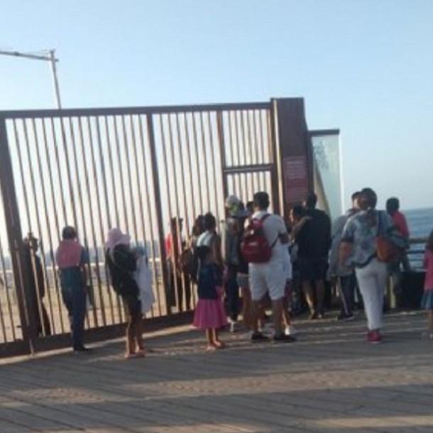 Carabinero resulta herido tras enfrentamientos con comerciantes ambulantes del Muelle Vergara