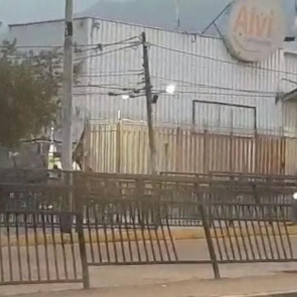 Sujetos saquean supermercado en la comuna de Peñalolén