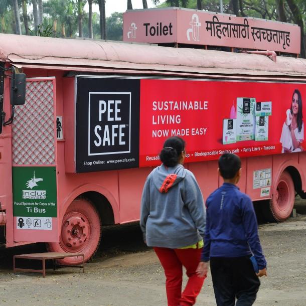 Viejos buses se convierten en cómodos y seguros baños femeninos en India