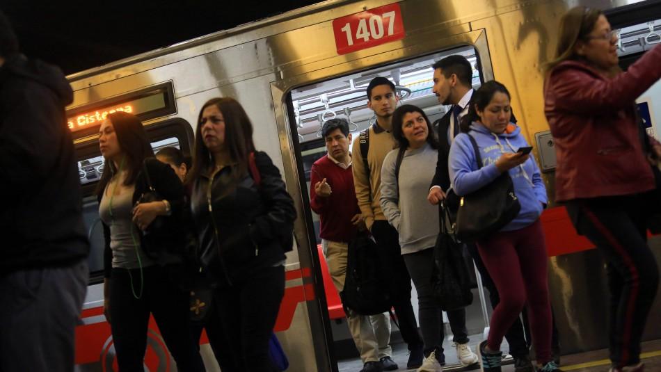 Metro de Santiago cierra dos estaciones de su servicio por disturbios