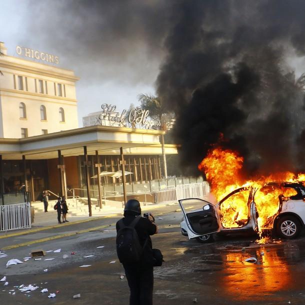 Siguen incidentes en el Hotel O'Higgins: Manifestantes han quemado al menos tres autos particulares