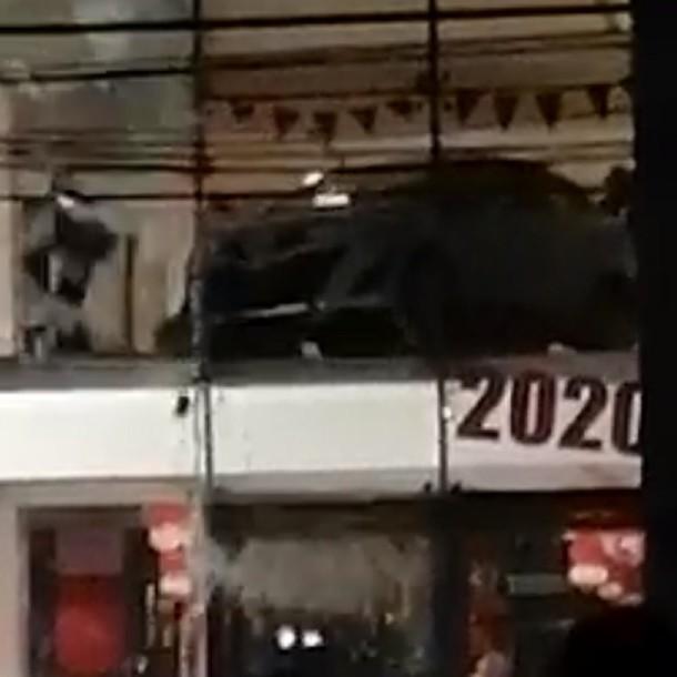 Viña del Mar: Desconocidos atacan automotora y lanzan vehículo a la calle desde un segundo piso