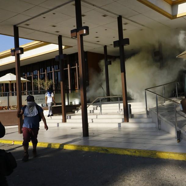 Encapuchados provocan destrozos en el Hotel O'Higgins de Viña del Mar