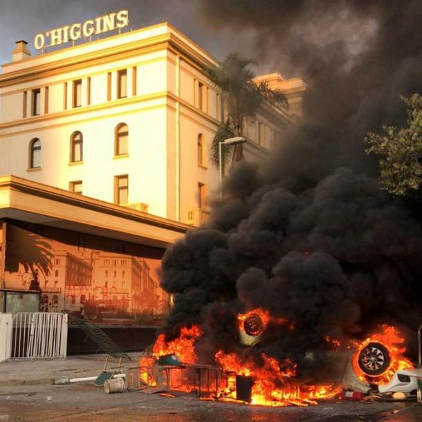 Lo más visto: Manifestantes quemaron tres autos en las afueras del Hotel O'Higgins