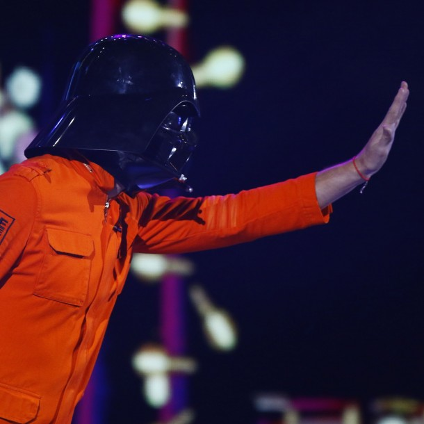 Fotos comprueban que marido de Javiera Contador sí usa una máscara de Darth Vader
