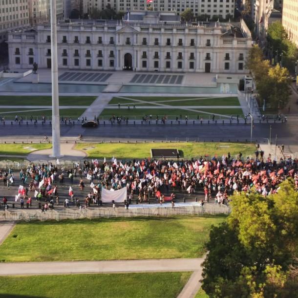 Suspenden tránsito por un eje de la Alameda por manifestación frente a La Moneda