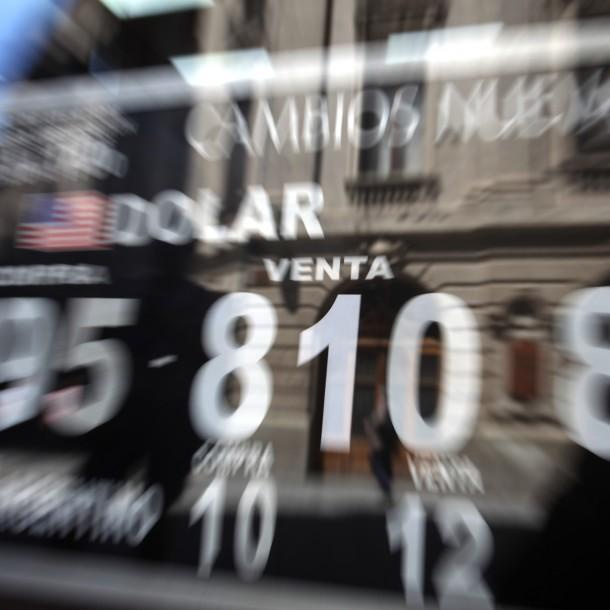 Dólar registra una leve baja pero se mantiene sobre los 810 pesos