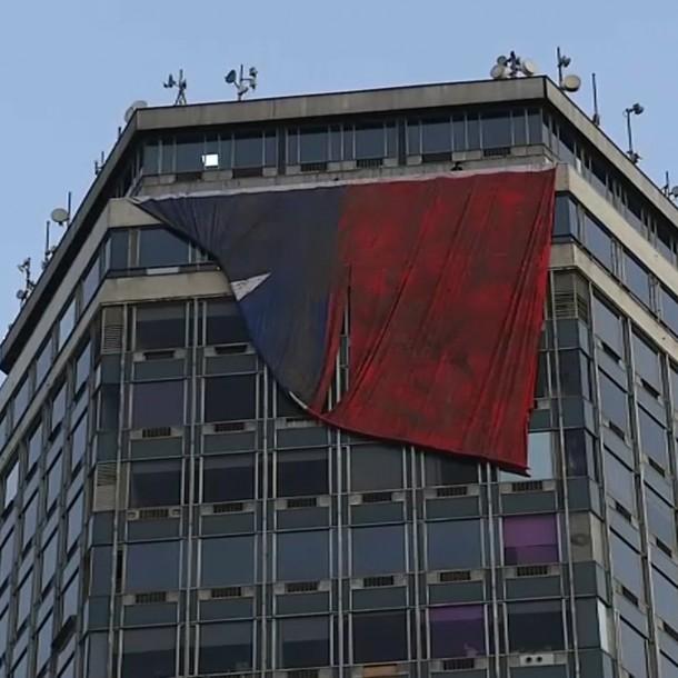 Tras quedar atascada finalmente pudo desplegarse bandera gigante réplica del 27F