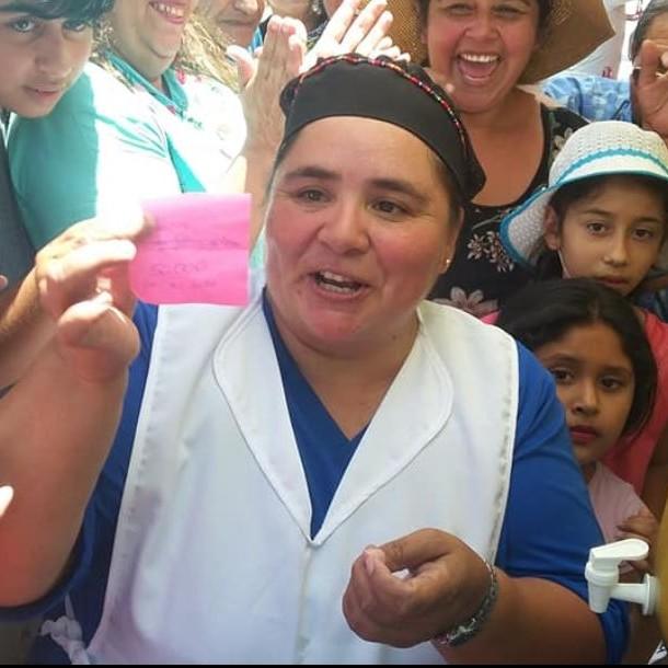 Vendedora de jugos gana $11 millones y reparte parte del premio entre clientes en Arica