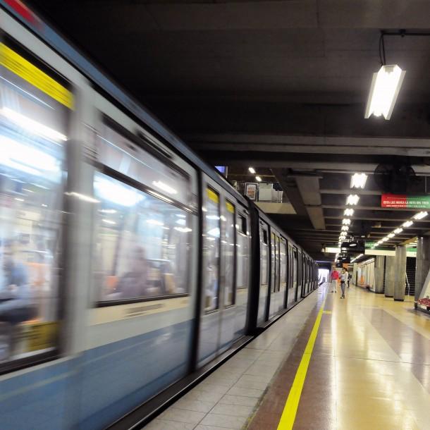 Metro de Santiago reporta cierre de tres estaciones debido a manifestaciones