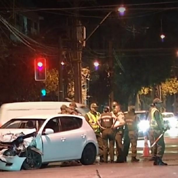 Una lesionada deja choque entre carro lanzaaguas de Carabineros y un auto en Ñuñoa