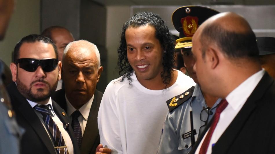 Juez rechaza arresto domiciliario en millonaria mansión para Ronaldinho y deberá seguir en la cárcel