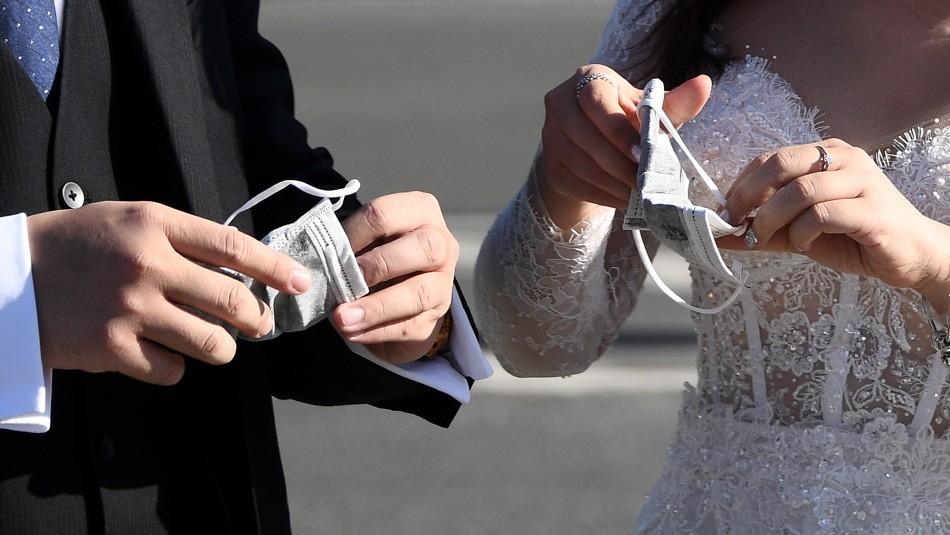 Pareja es obligada a usar guantes y mascarillas para poder casarse en Italia