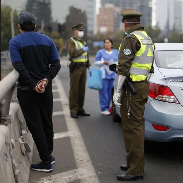 Balance de Carabineros: 339 personas fueran conducidas a comisarías por no respetar el toque de queda