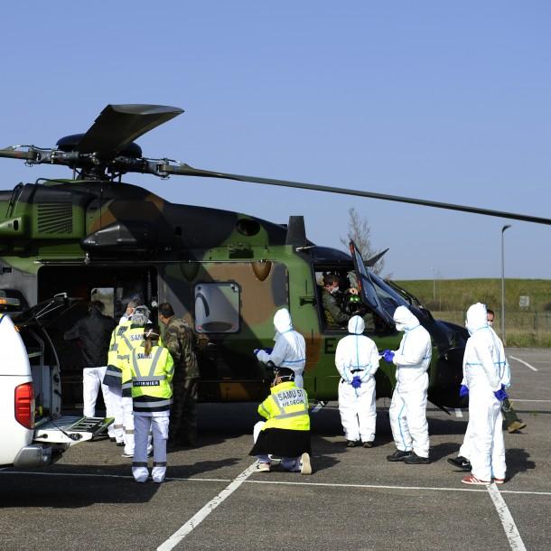 Francia traslada pacientes con coronavirus a Alemania en helicópteros militares