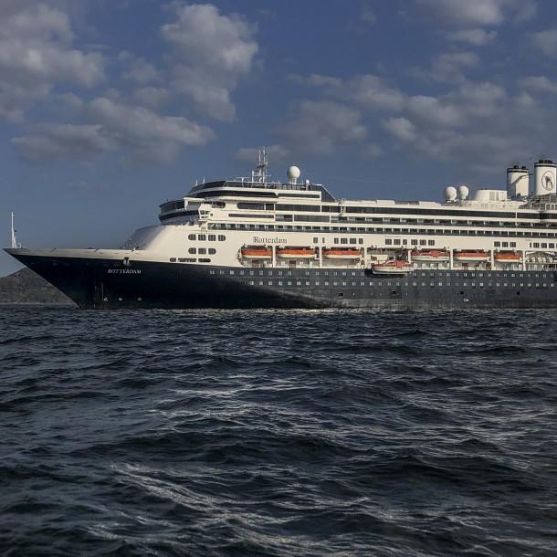 Cruceros afectados por coronavirus entran al Canal de Panamá con destino incierto