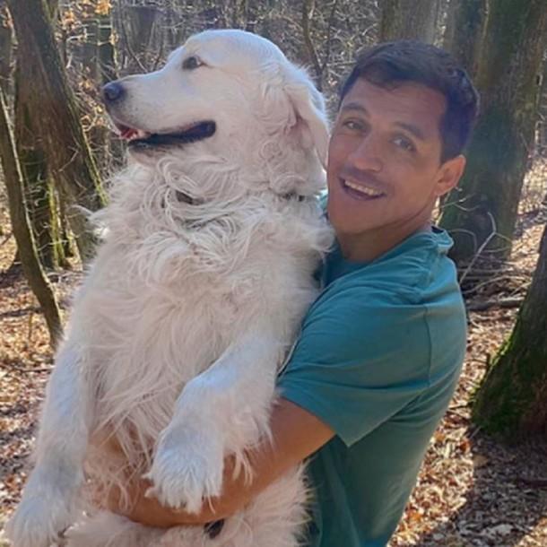 Alexis Sánchez sigue con su entrenamiento en casa acompañado de sus perros regalones