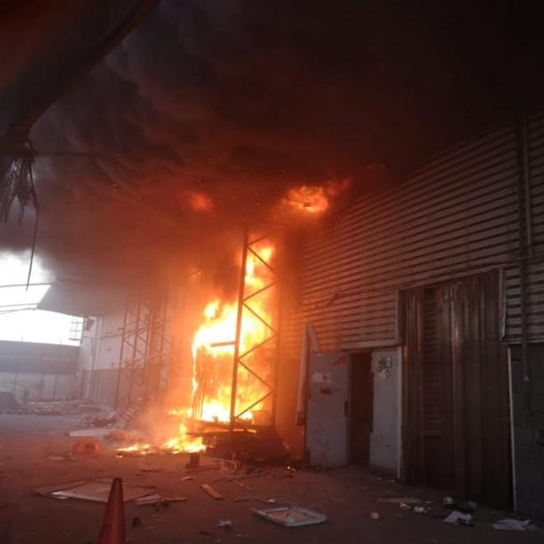 Incendio afecta a supermercado de Puente Alto