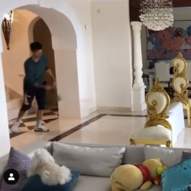 Novak Djokovic no para en la cuarentena: Se las ingenia para jugar tenis en casa con sartenes
