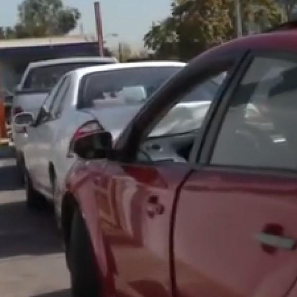 Se registran largas filas de vehículos en plantas de revisión técnica de Santiago