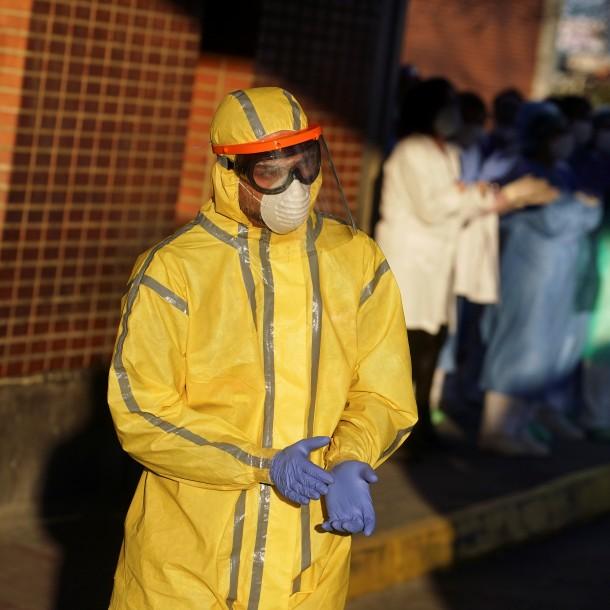 España confirma 950 muertos por coronavirus en un día y ya supera los 10.000 fallecidos en total