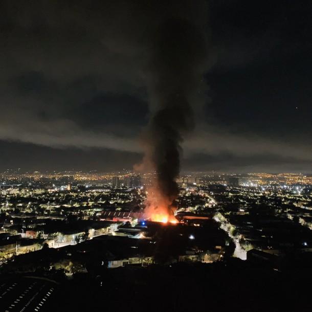 Violento incendio afectó al menos tres viviendas en La Legua