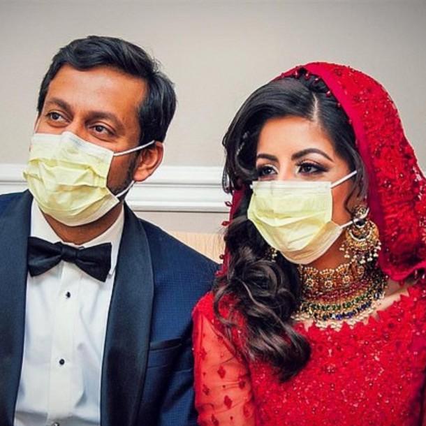 Pareja de doctores pasan su luna de miel luchando contra el coronavirus en Estados Unidos