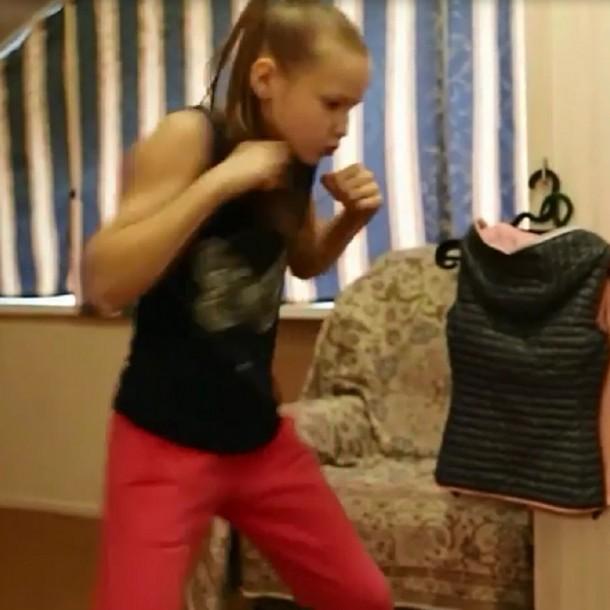 Niña boxeadora destroza su casa a golpes como entrenamiento durante la cuarentena