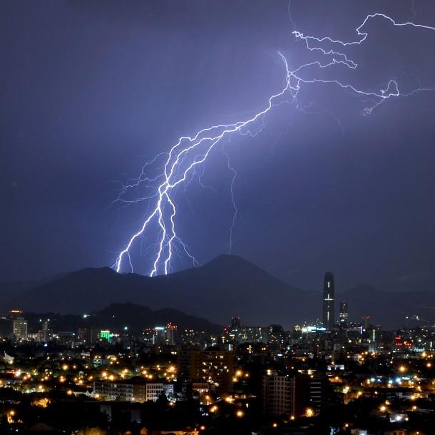 Meteorología emite aviso por probables tormentas eléctricas desde Atacama a la Región Metropolitana