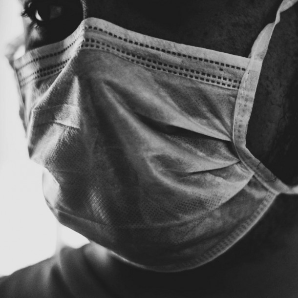 Doctor explica cómo fabricar mascarillas caseras y recomienda su uso al salir a la calle